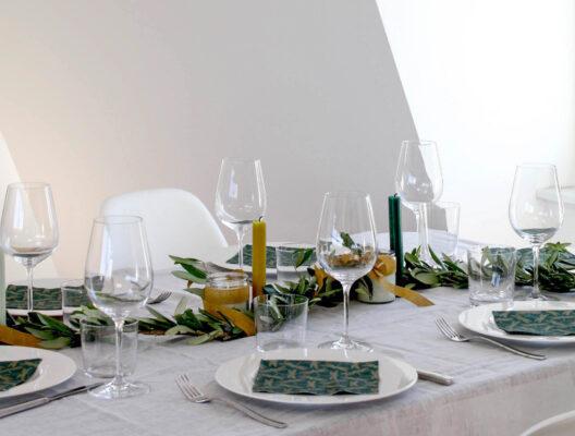 mediterrane Tisch-Deko: festlich gedeckter Tisch mit Olivengirlande