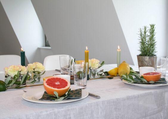 Brunch Tisch-Deko mit Grapefruit und Zitronen: gedeckter Tisch mit Oliven, Grapefruit und Zitronen und Tilda Deko-Box Grazing Table
