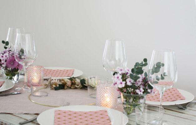 rosa Tisch-Deko: Diagonale Ansicht vom Tisch