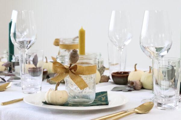 Tisch-Deko mit weißen Kürbissen: gedeckter Tisch